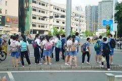 Shenzhen, Cina: gli studenti della scuola secondaria vanno a casa sulla via di casa Immagini Stock