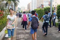 Shenzhen, Cina: gli studenti della scuola secondaria vanno a casa sulla via di casa Fotografie Stock Libere da Diritti