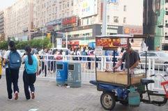 Shenzhen, Cina: gli studenti della scuola secondaria vanno a casa sulla via di casa Fotografia Stock Libera da Diritti