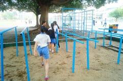 Shenzhen, Cina: gli studenti femminili della scuola secondaria nella barra orizzontale si esercitano Immagini Stock Libere da Diritti