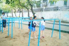 Shenzhen, Cina: gli studenti femminili della scuola secondaria nella barra orizzontale si esercitano Fotografie Stock