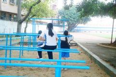 Shenzhen, Cina: gli studenti femminili della scuola secondaria nella barra orizzontale si esercitano Immagine Stock