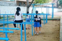 Shenzhen, Cina: gli studenti femminili della scuola secondaria nella barra orizzontale si esercitano Fotografie Stock Libere da Diritti