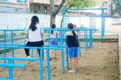 Shenzhen, Cina: gli studenti femminili della scuola secondaria nella barra orizzontale si esercitano Fotografia Stock