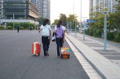 Shenzhen, Cina: gli studenti vanno sul modo alla scuola Fotografia Stock