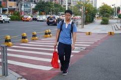 Shenzhen, Cina: gli studenti vanno sul modo alla scuola Fotografia Stock Libera da Diritti