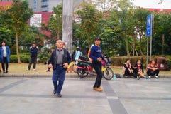 Shenzhen, Cina: gli uomini stanno ballando Fotografia Stock