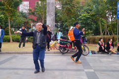 Shenzhen, Cina: gli uomini stanno ballando Fotografie Stock Libere da Diritti