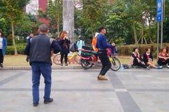 Shenzhen, Cina: gli uomini stanno ballando Immagini Stock