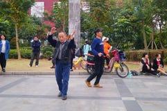Shenzhen, Cina: gli uomini stanno ballando Fotografie Stock