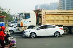 Shenzhen, Cina: Grandi camion caricati con le automobili a posteriori del fango, incidenti di traffico fotografie stock libere da diritti