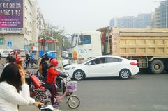 Shenzhen, Cina: Grandi camion caricati con le automobili a posteriori del fango, incidenti di traffico immagini stock