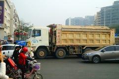 Shenzhen, Cina: Grandi camion caricati con le automobili a posteriori del fango, incidenti di traffico fotografia stock