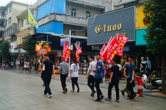 Shenzhen, Cina: i giovani per alzare l'insegna della pubblicità di Internet, pubblicità liberano Internet Fotografia Stock