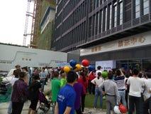 Shenzhen, Cina: i nuovi edifici residenziali iniziano le attività di vendita sulla scena fotografia stock