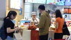 Shenzhen, Cina: Il paesaggio del negozio del dolce e del pane, la gente sceglie il pane ed altri alimenti gastronomici archivi video