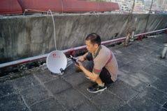 Shenzhen, Cina: l'installazione del ricevitore della televisione via satellite Fotografie Stock Libere da Diritti