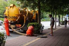 Shenzhen, Cina: lavoratori di risanamento per pulire le fogne fotografia stock
