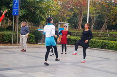 Shenzhen, Cina: le donne ballano felicemente nel quadrato Fotografia Stock Libera da Diritti