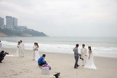 SHENZHEN, CINA, 2011-11-26: Numerose coppie cinesi nelle nozze Fotografia Stock