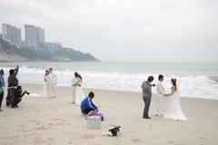 SHENZHEN, CINA, 2011-11-26: Numerose coppie cinesi nelle nozze Fotografia Stock Libera da Diritti