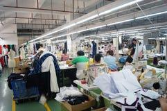 Shenzhen, Cina: officina della fabbrica dell'indumento fotografia stock
