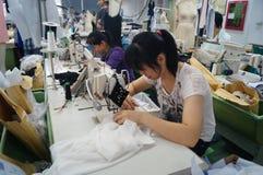 Shenzhen, Cina: officina della fabbrica dell'indumento fotografia stock libera da diritti