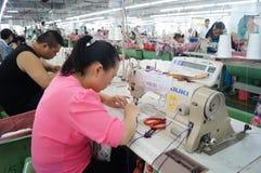 Shenzhen, Cina: officina della fabbrica dell'indumento fotografie stock
