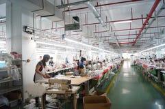 Shenzhen, Cina: officina della fabbrica dell'indumento immagini stock