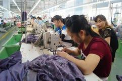 Shenzhen, Cina: officina della fabbrica dell'indumento fotografie stock libere da diritti