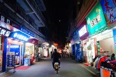 Shenzhen, Cina: paesaggio di notte della via Immagini Stock