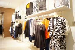 Shenzhen, Cina: paesaggio interno del negozio di vestiti Fotografia Stock