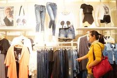 Shenzhen, Cina: paesaggio interno del negozio di vestiti Fotografia Stock Libera da Diritti