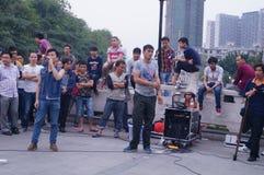 Shenzhen, Cina: prestazioni della via da elemosinare immagine stock libera da diritti