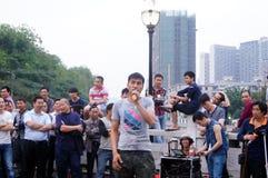 Shenzhen, Cina: prestazioni della via da elemosinare immagine stock