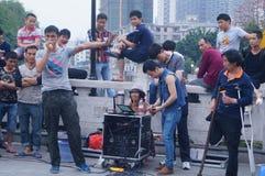 Shenzhen, Cina: prestazioni della via da elemosinare immagini stock