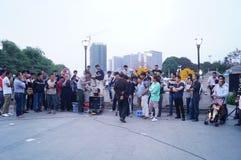 Shenzhen, Cina: prestazioni della via da elemosinare fotografia stock libera da diritti