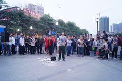 Shenzhen, Cina: prestazioni della via da elemosinare fotografie stock