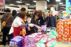 Shenzhen, Cina: Promozioni del supermercato di EONE Immagine Stock