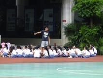 Shenzhen, Cina: studenti della scuola primaria nella classe di educazione fisica Fotografia Stock