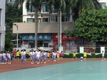 Shenzhen, Cina: studenti della scuola primaria nella classe di educazione fisica Fotografie Stock Libere da Diritti