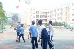Shenzhen, Cina: studenti della scuola secondaria che giocano pallacanestro Immagine Stock Libera da Diritti