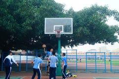 Shenzhen, Cina: studenti della scuola secondaria che giocano pallacanestro Fotografie Stock Libere da Diritti