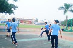 Shenzhen, Cina: studenti della scuola secondaria che giocano pallacanestro Immagini Stock