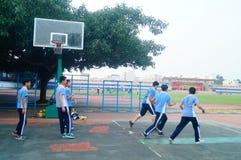 Shenzhen, Cina: studenti della scuola secondaria che giocano pallacanestro Fotografia Stock
