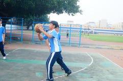 Shenzhen, Cina: studenti della scuola secondaria che giocano pallacanestro Fotografia Stock Libera da Diritti