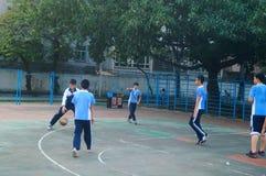 Shenzhen, Cina: studenti della scuola secondaria che giocano pallacanestro Immagine Stock