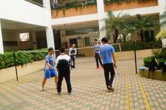 Shenzhen, Cina: studenti della scuola secondaria che giocano volano Immagini Stock