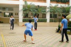 Shenzhen, Cina: studenti della scuola secondaria che giocano volano Fotografia Stock Libera da Diritti
