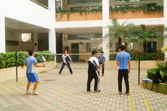 Shenzhen, Cina: studenti della scuola secondaria che giocano volano Immagini Stock Libere da Diritti